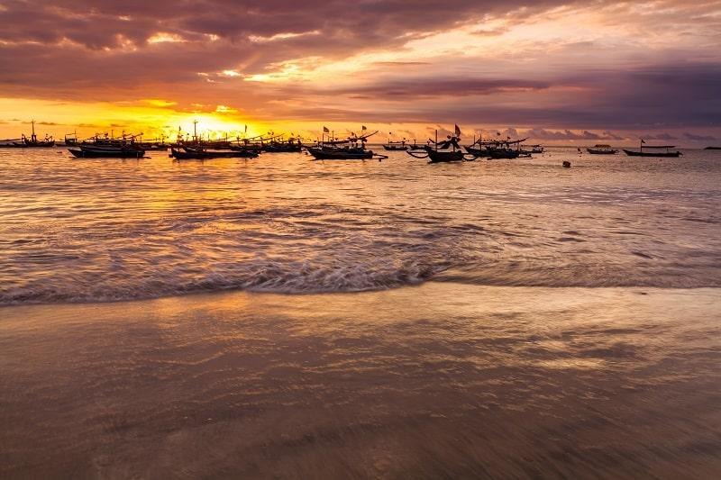 Закат солнца на пляже Джимбарана